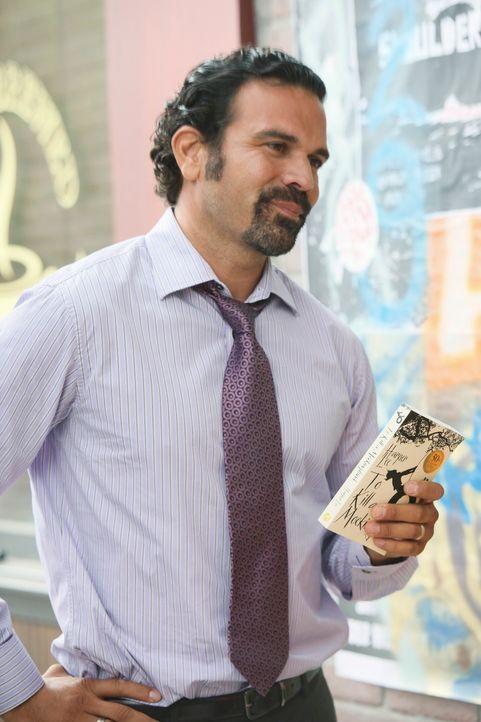 Mike wird misstrauisch, als er bemerkt, dass Susan und Carlos (Ricardo Antonio Chavira) ungewöhnlich viel Zeit miteinander verbringen ... - Bildquelle: ABC Studios