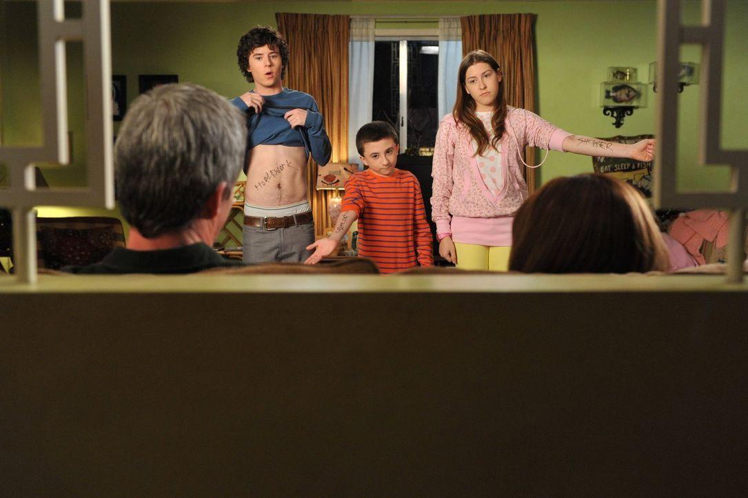 Axl (Charlie McDermott, l.), Brick (Atticus Shaffer, M.) und Sue (Eden Sher, r.) werfen ihren Eltern vor, ihnen nicht genug zu vertrauen und wollen... - Bildquelle: Warner Brothers