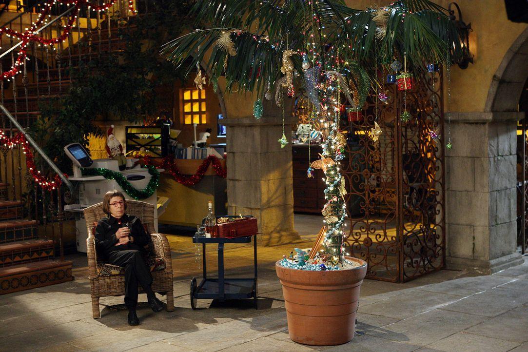 Bringt sich etwas in Weihnachtsstimmung: Hetty (Linda Hunt) ... - Bildquelle: CBS Studios Inc. All Rights Reserved.