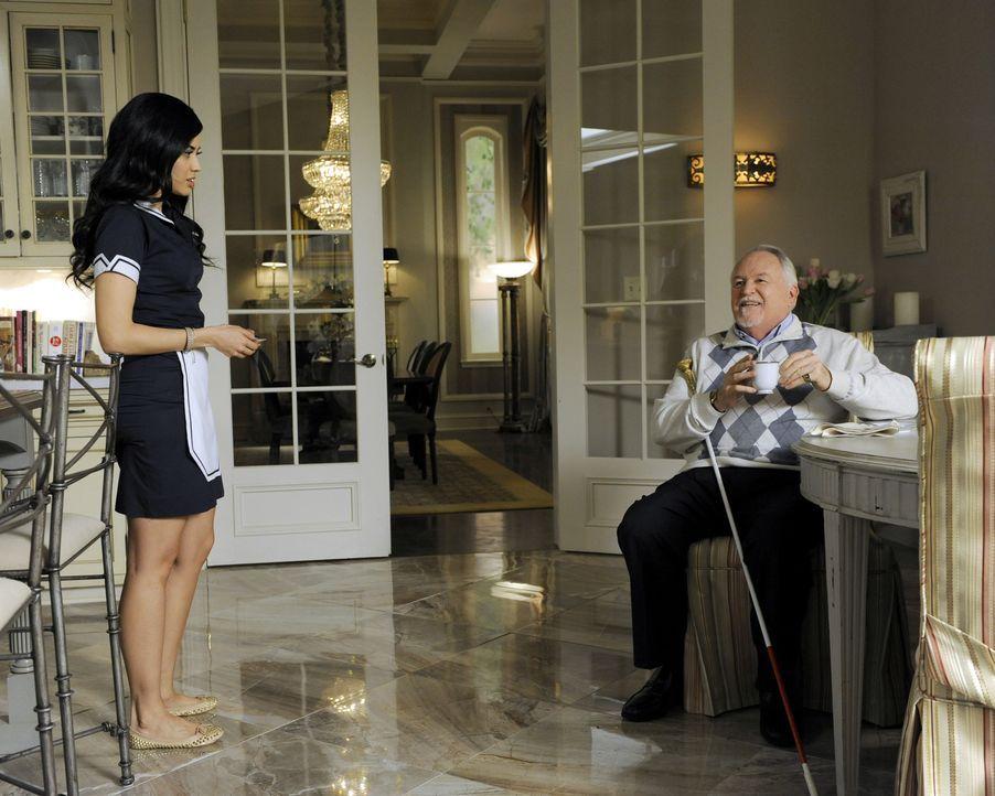 Während Evelyn Rosie erpresst, um mehr Zeit mit dem kleinen Tucker verbringen zu können, kann Zoila nicht glauben, dass sich Alfred (Dakin Matthews,... - Bildquelle: ABC Studios