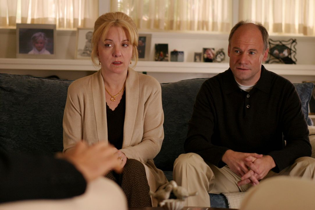 Anfangs sind Carol (Lee Garlington, l.) und P. J. Prosser (Jim Meskimen, r.) sehr irritiert, als ihnen die Detectives von ihrer Vermutung erzählen... - Bildquelle: Warner Bros. Television
