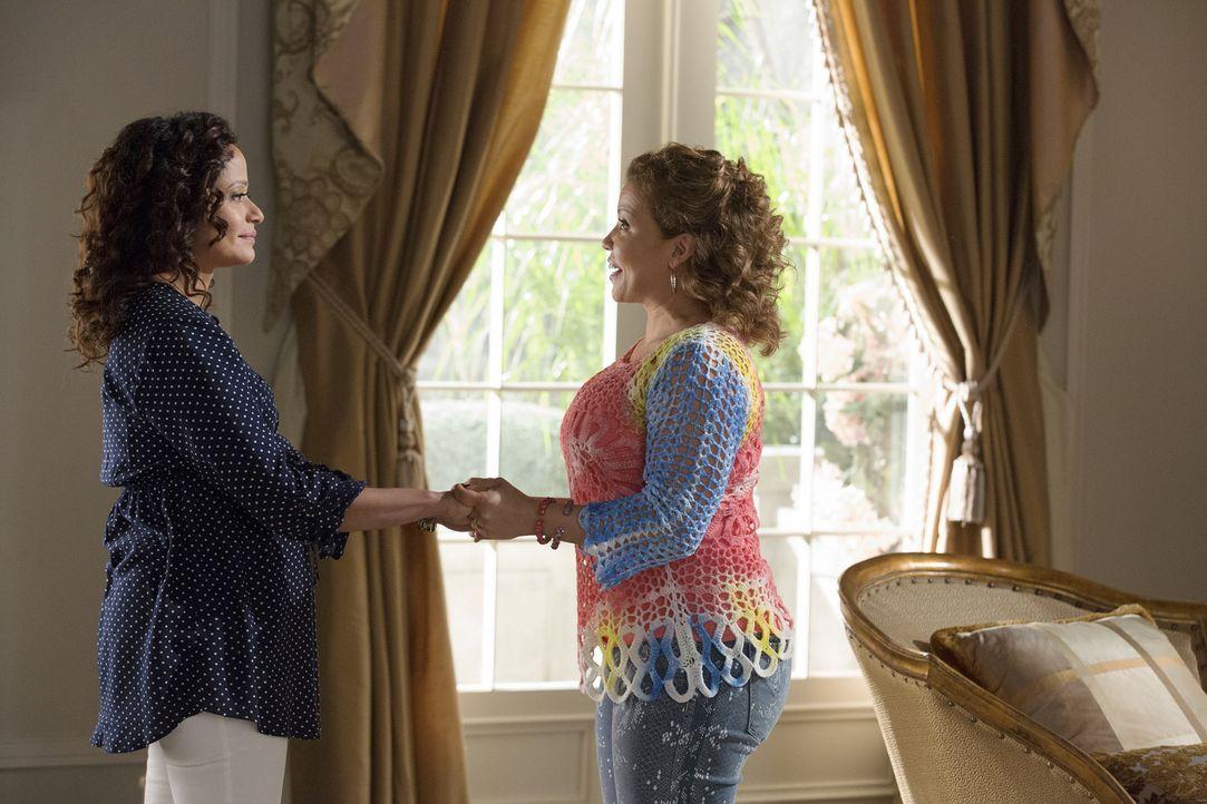 Die Ankunft ihrer Schwester Reina (Justina Machado, r.) sollte für Zoila (Judy Reyes, l.) eigentlich eine Hilfe sein - eigentlich ... - Bildquelle: Bob Mahoney 2015 American Broadcasting Companies, Inc. All rights reserved.