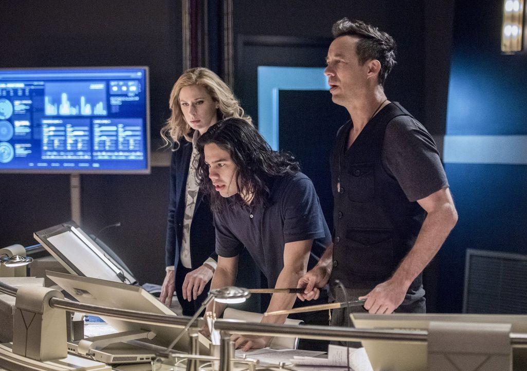 Während sich Joe, Wally und Iris irgendwo im Multiversum verstecken, helfen Cisco (Carlos Valdes, M.), Tracy (Anne Dudek, l.) und H.R. (Tom Cavanagh... - Bildquelle: 2016 Warner Bros.