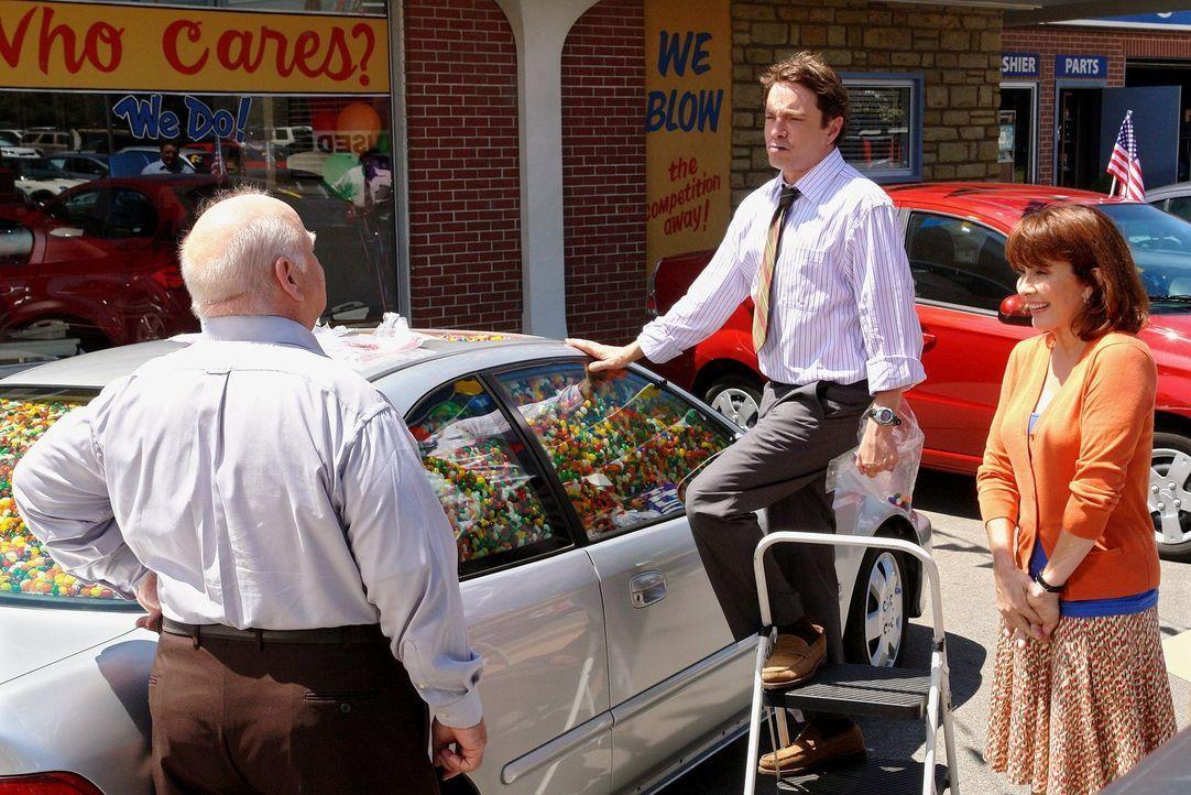 Frankie (Patricia Heaton, r.) startet einen letzten verzweifelten Versuch, ihren Job zu retten. Überraschenderweise springt ihr Chef Mr. Ehlert (Bri... - Bildquelle: Warner Brothers