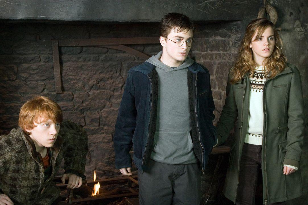 Harry (Daniel Radcliffe, M.) wartet verzweifelt auf eine Nachricht seiner engsten Freunde Ron (Rupert Grint, l.) und Hermine (Emma Watson, r.). Denn... - Bildquelle: Warner Brothers International