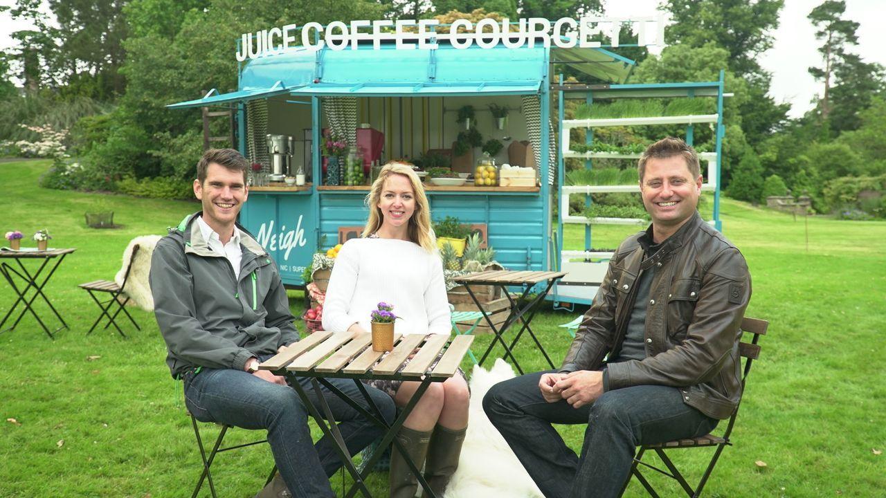 In Devon begegnet George Clarke (r.) der 27-jährigen Tabitha (M.) , die gemeinsam mit Freund Chris (l.) viele Stunden ihres Lebens damit verbrachte,... - Bildquelle: Plum Pictures
