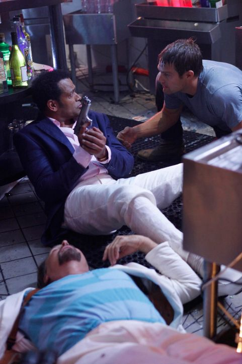 Walter Sherman (Geoff Stults, r.) gerät in eine Schießerei und bittet Fontana (Mario Van Peebles, l.), ihm seine Waffe zu leihen ... - Bildquelle: 2012 Twentieth Century Fox Film Corporation. All rights reserved.