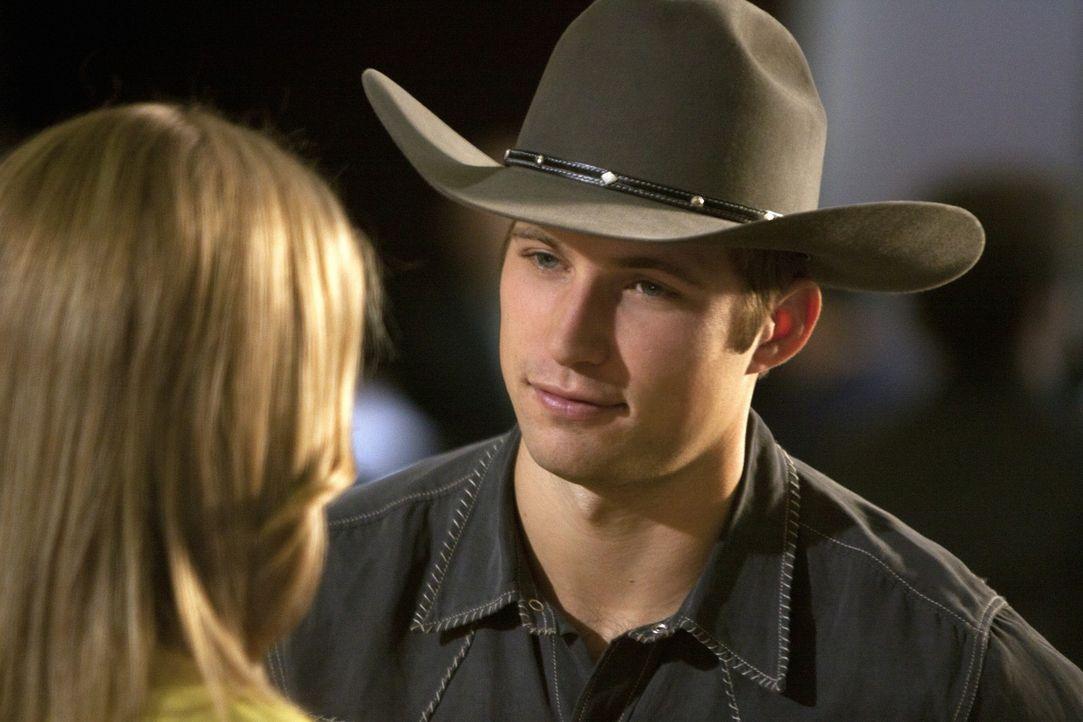 Naomi (AnnaLynne McCord, l.) ist noch immer frisch verliebt in Austin (Justin Deeley, r.) und möchte gerne seinen Geburtstag mit ihm verbringen, do... - Bildquelle: 2011 The CW Network. All Rights Reserved.