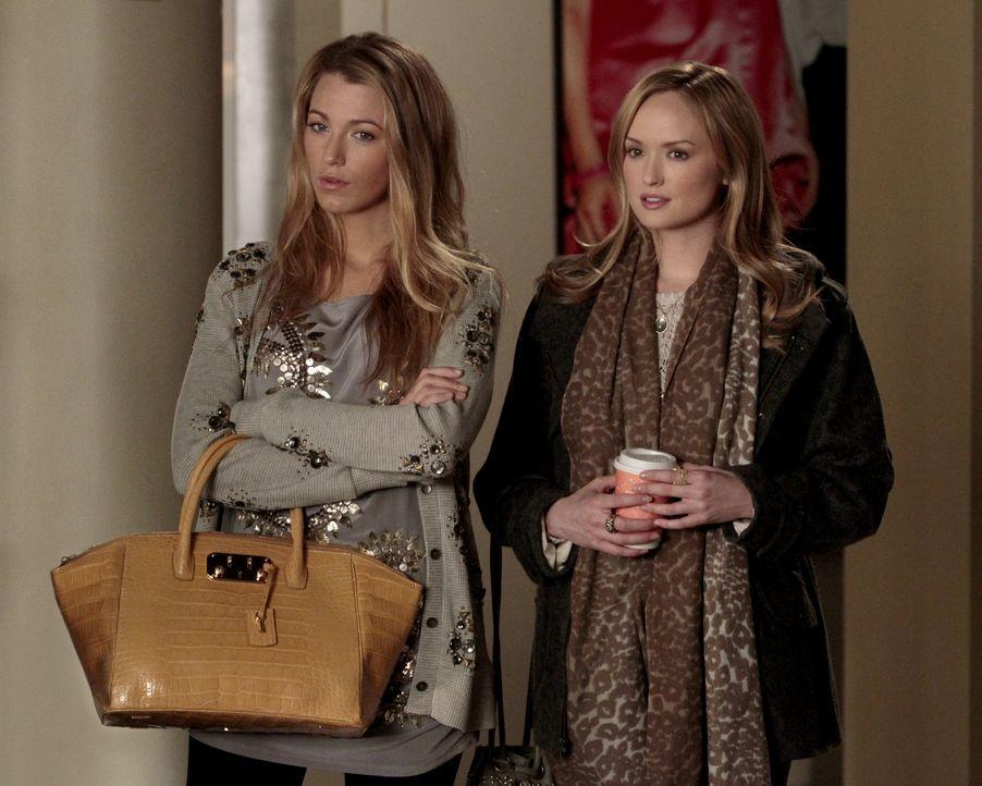Serena (Blake Lively, l.) beauftragt ihre Cousine Charlie (Kaylee DeFer, r.), herauszufinden, warum Blair und Dan in letzter Zeit so viel Zeit mitei... - Bildquelle: Warner Bros. Television