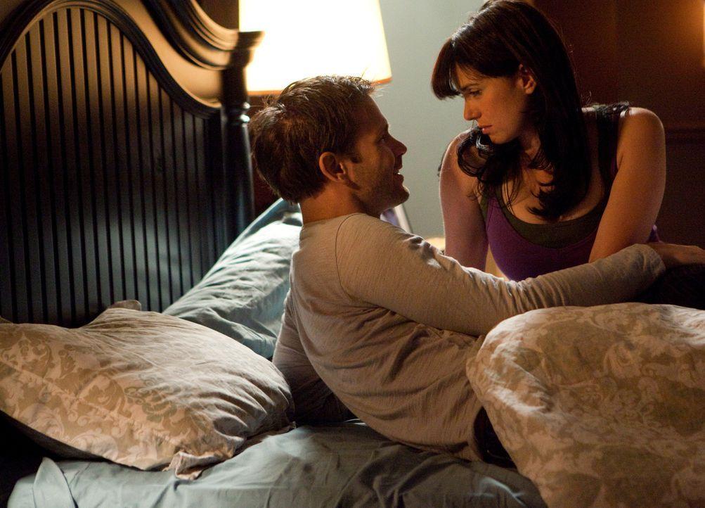 Alaric (Matthew Davis, l.) wurde von seiner Frau Isobel (Mia Kirshner, r.) verlassen und sucht noch heute nach ihr ... - Bildquelle: Warner Bros. Television