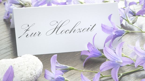 Ihre Glückwünsche zur Hochzeit bringen Sie ein paar schönen Zeilen auf einer...