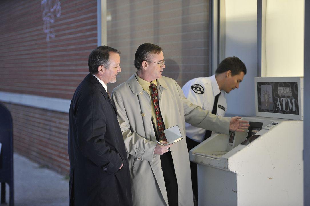 Sackgasse: Detective Zuley (l.) und Detective O'Connor (r.) hatten sich von einem Geldautomaten vor dem Supermarkt Hinweise auf den Mörder der junge... - Bildquelle: Jag Gundu Cineflix 2012