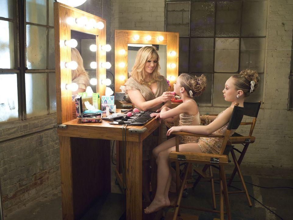 Melissa (l.) versucht, ihre beiden Töchter Mackenzie (M.) und Maddie (r.) bei einer Agentur unterzubringen ... - Bildquelle: Richard McLaren 2012 A+E Networks