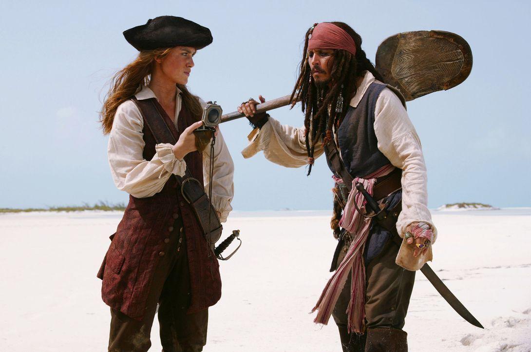 Als Elizabeth (Keira Knightley, l.) erfährt, dass Jack Sparrow (Johnny Depp, r.) ihren Freund Will ausgetrickst hat, geht sie auf Ganze ... - Bildquelle: Disney Enterprises, Inc.  All rights reserved