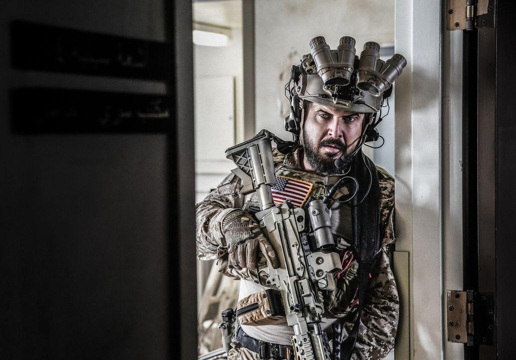 Können Sonny (A.J. Buckley) und das SEAL Team die Geiseln sicher aus der Anlage schleusen, als sich ihnen eine feindliche Militäreinheit nähert? - Bildquelle: Erik Voake Erik Voake/CBS   2017 CBS Broadcasting, Inc. All Rights Reserved.