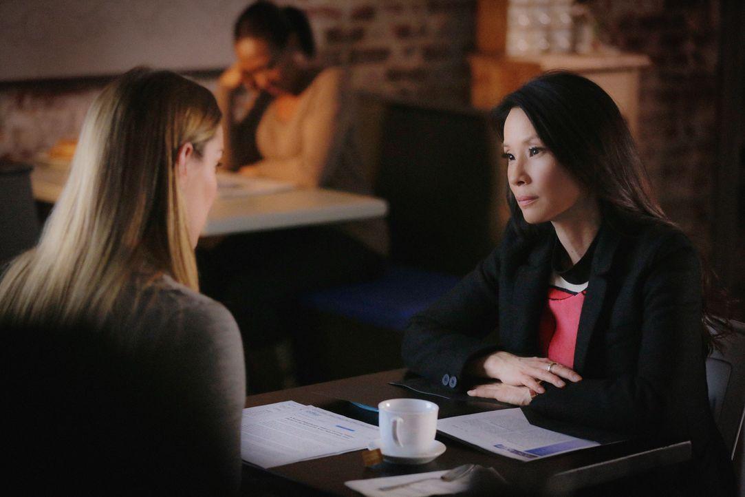 Ihre Kollegin Fiona Helborn (Betty Gilpin, l.) bittet Joan (Lucy Liu, r.) um Hilfe und entlarvt dabei ein schockierendes Geheimnis über Sherlock ... - Bildquelle: 2015 CBS Broadcasting Inc. All Rights Reserved.
