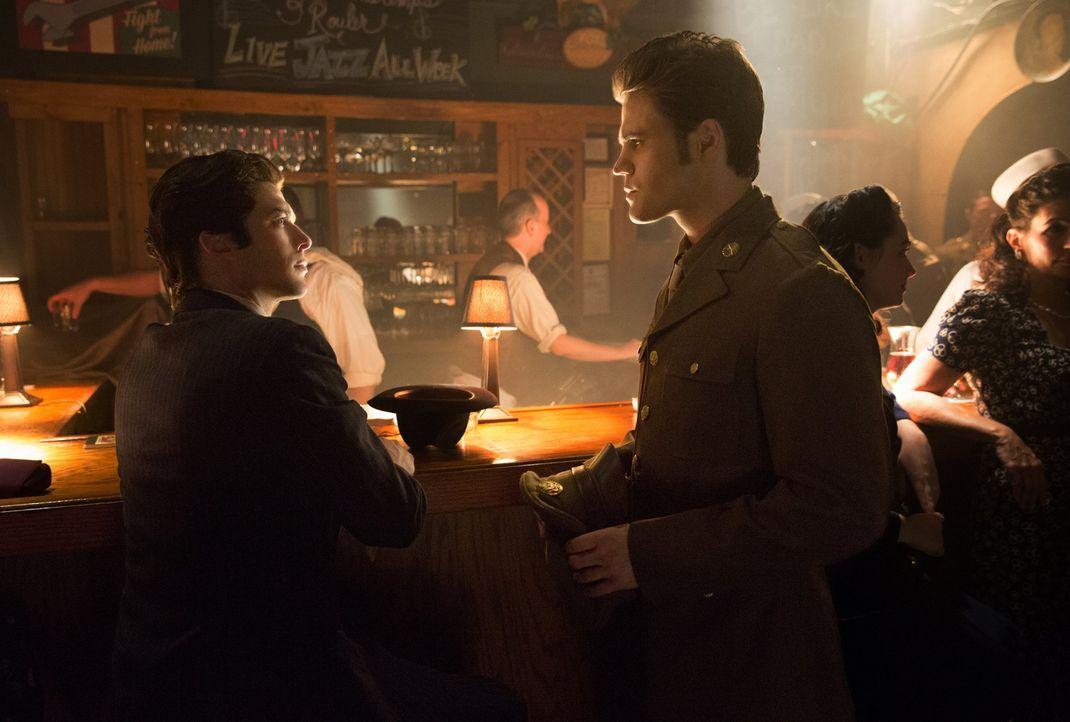 Sie wissen so Einiges nicht übereinander: Stefan (Paul Wesley, r.) und Damon (Ian Somerhalder, l.) ... - Bildquelle: Warner Brothers