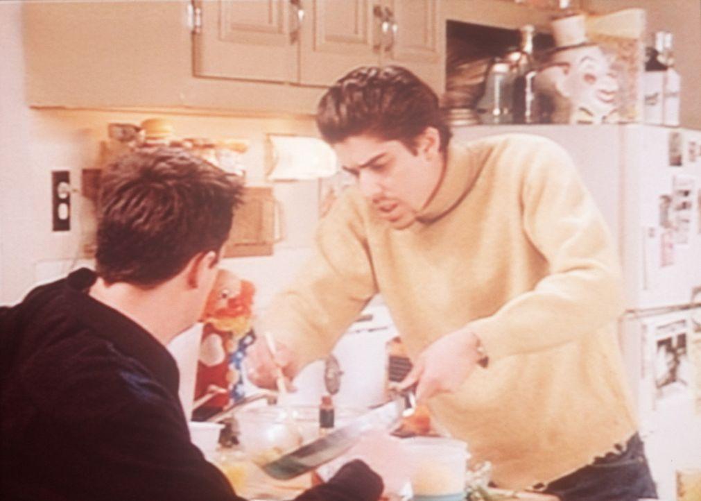 Eddie (Adam Goldberg, r.) versucht, sich bei Chandler (Matthew Perry, l.) durch seine Kochkünste beliebt zu machen. - Bildquelle: TM+  2000 WARNER BROS.