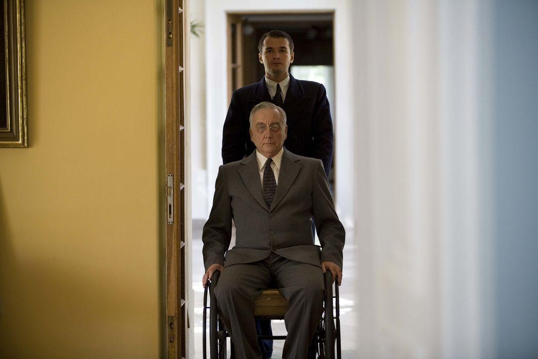 US-Präsident Franklin Delano Roosevelt (Bob Gunton, vorne) widmete sich trotz der politischen und gesellschaftlichen Gegensätze zur Sowjetunion akti... - Bildquelle: Mike Hogan BBC
