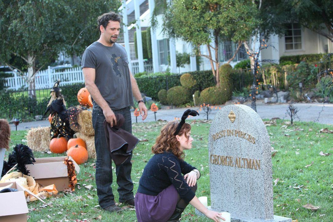 George (Jeremy Sisto, l.) und Tessa (Jane Levy, r.) freuen sich auf Halloween und wollen sich in diesem Jahr so richtig austoben. Doch schnell stoß... - Bildquelle: Warner Bros. Television
