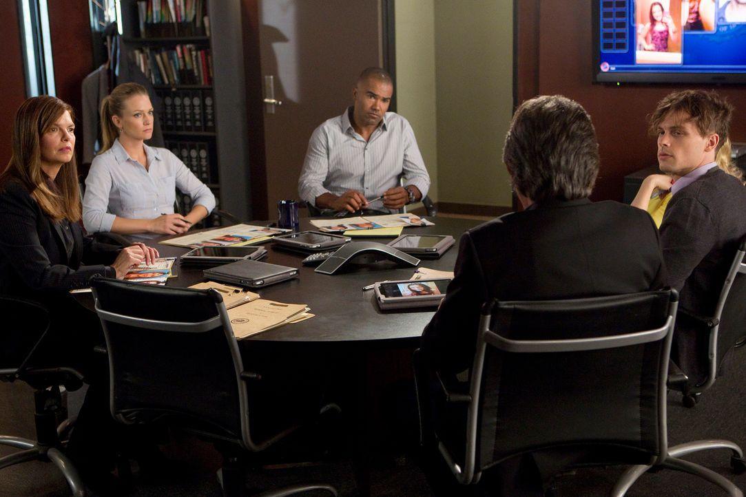 Als ein Teenager vermisst wird, beginnen Alex (Jeanne Tripplehorn, l.), JJ (AJ Cook, 2.v.l.), Morgan (Shemar Moore, M.), Rossi (Joe Mantegna, 2.v.r.... - Bildquelle: ABC Studios