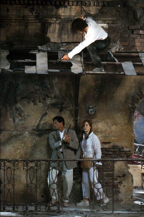 In einem verlassenen Hotel werden Robert Rath (Sylvester Stallone, unten l.) und Electra (Julianne Moore, unten r.) von Miguel Bain (Antonio Bandera... - Bildquelle: Warner Bros. Television