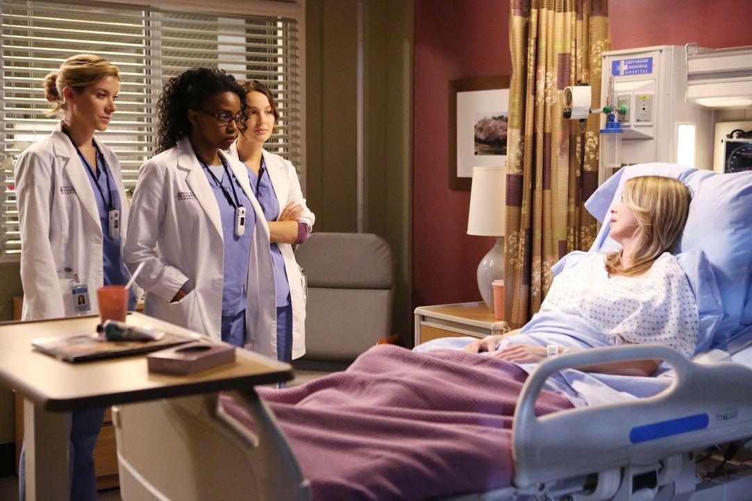 Der plötzliche Tod einer Kollegin führt die jungen Ärzte Leah (Tessa Ferrer, l.), Stephanie (Jerrika Hinton, 2.v.l.) und Jo (Camilla Luddington,... - Bildquelle: ABC Studios