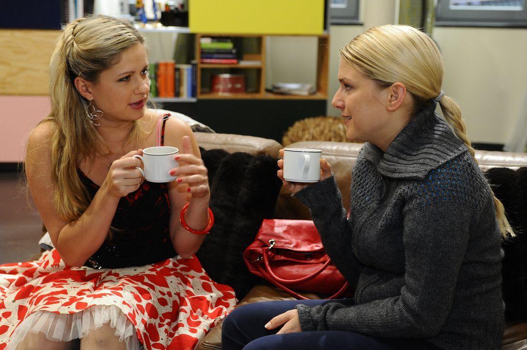 Frauengespräche: Mia (Josephine Schmidt, l.) und Anna (Jeanette Biedermann, r.) ... - Bildquelle: SAT.1