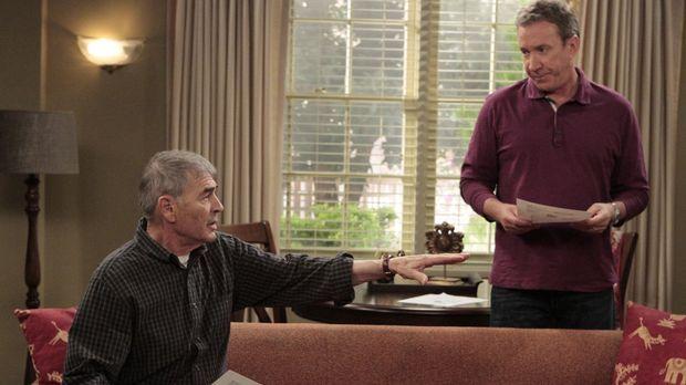 Mikes Vater Bud (Robert Forster, l.) zieht in ein Appartement in der Nähe, so...