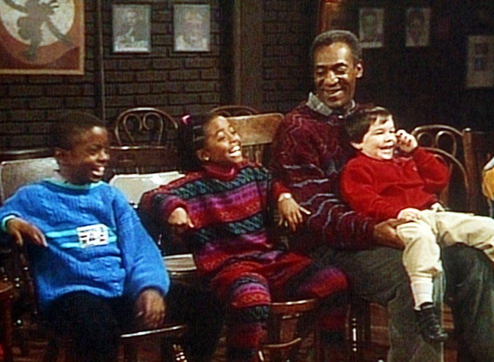 Cliff (Bill Cosby, 2.v.r.) ist mit acht kleinen Kindern in ein Theater gegangen, und besonders Rudy (Keshia Knight Pulliam, M.) amüsiert sich köst... - Bildquelle: Viacom