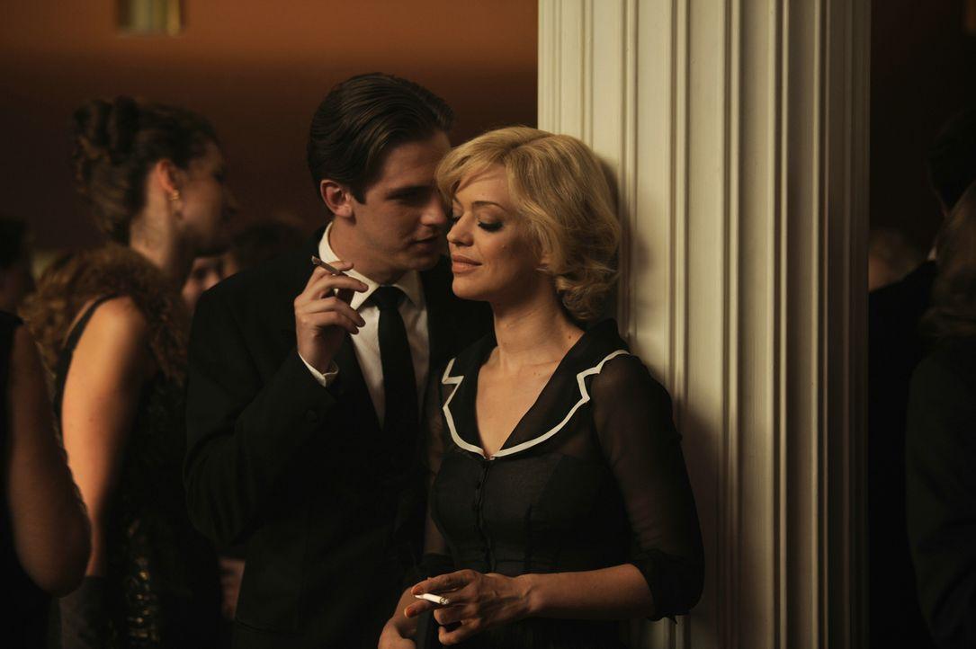 Hilde (Heike Maktsch, r.) und ihr Filmpartner David (Dan Stevens, l.) verlieben sich ineinander ... - Bildquelle: Warner Brother