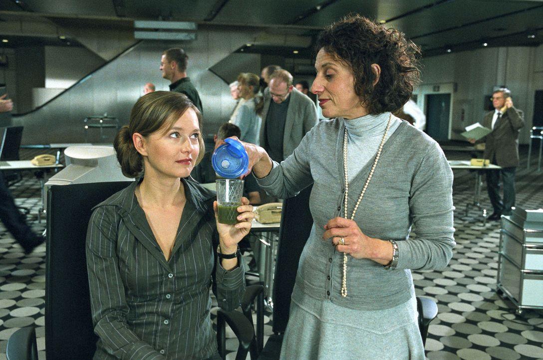 """Kollegin und Schwangerschaftsprofi Lea (Adriana Altaras, r.) hat für Nina (Stefanie Stappenbeck, l.) einen """"Spezialtee"""" gegen Übelkeit gekocht. - Bildquelle: Sat.1"""
