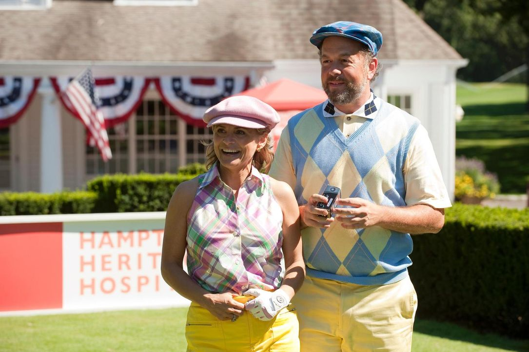 Das schrullige Paar Dick (David Costabile, r.) und Nan (Amy Sedaris, l.) sorgt immer wieder für Aufregung auf dem Golfplatz ... - Bildquelle: 2010 Open 4 Business Productions, LLC. All Rights Reserved.