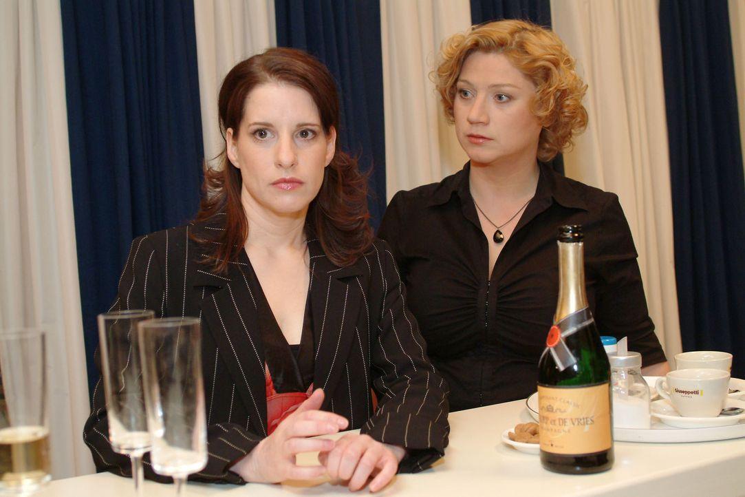 Agnes (Susanne Szell, r.) versucht die schockierte Inka (Stefanie Höner, l.) zu trösten. - Bildquelle: Monika Schürle Sat.1