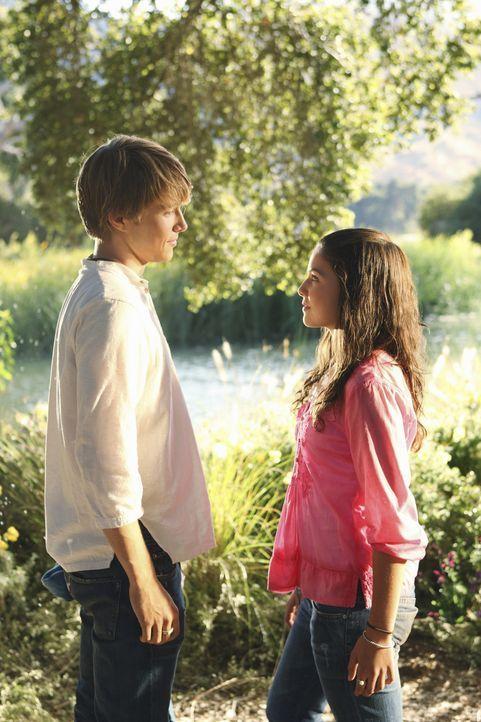 Auf seiner Flucht vor Paparazzi trifft Teenie-Schwarm und Sänger Christopher Wilde (Sterling Knight, l.) auf die bodenständige Jessica Ohlsen (Dan... - Bildquelle: Disney