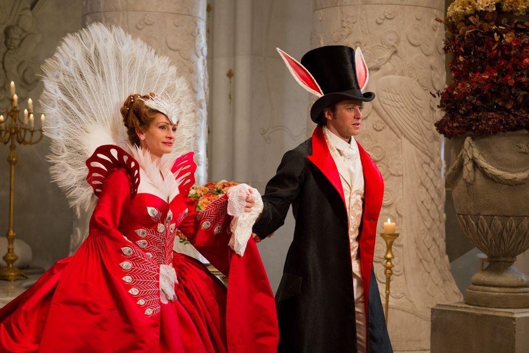 Die Königin (Julia Roberts, l.) becirct Prinz Andrew (Armie Hammer, r.) auf dem Maskenball. Doch dieser hat nur Augen für Schneewittchen ... - Bildquelle: Jan Thijs STUDIOCANAL