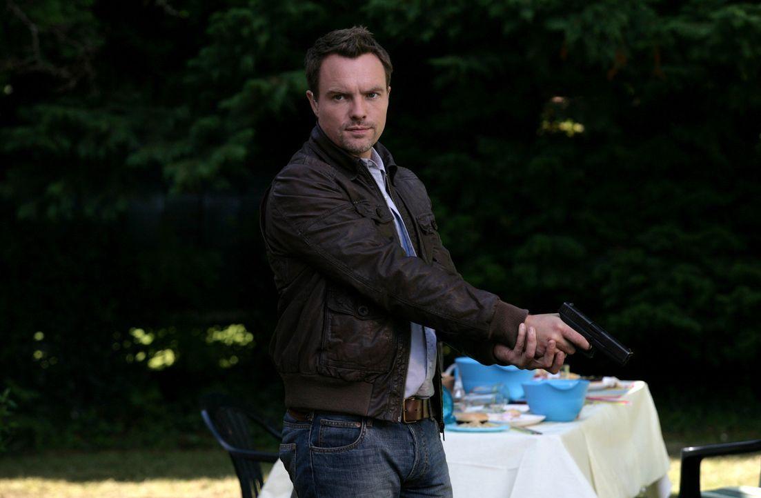 Connor wird bei einem Einsatz von einem gigantischen Insekt in dessen unterirdischen Tunnel gezerrt. Matt (Ciaran McMenamin) weiß erstaunlich viel... - Bildquelle: ITV Plc