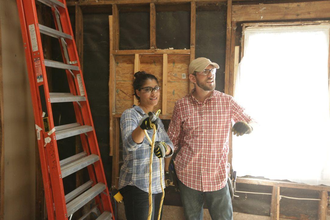 Auf Lex (l.), Trey (r.) und ihr Team wartet eine riesige Herausforderung, denn dieses Mal müssen sie ein Haus renovieren, dass durch einen Brand zer... - Bildquelle: 2016,HGTV/Scripps Networks, LLC. All Rights Reserved
