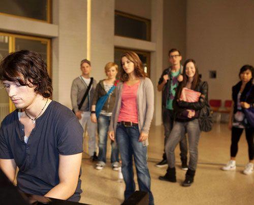 Nach ihrem Kuss geht Bea Ben aus dem Weg. Dann erfährt sie jedoch, dass er auch an der Musik-AG teilnehmen möchte und stellt ihn zur Rede. Ben leu... - Bildquelle: David Saretzki - Sat1