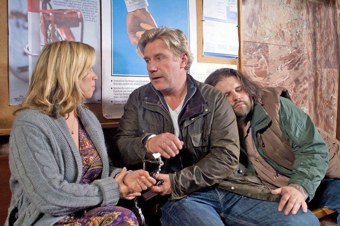 Hannah (Tina Ruland, l.) erkennt ihren Mann (Jörg Schüttauf, M.) kaum wieder: Er tut etwas total Verbotenes und flieht mit ihr aus dem Polizeigewa... - Bildquelle: Gordon Mühle Sat.1