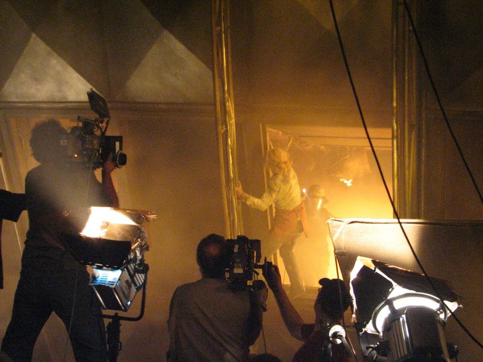 Heißer Dreh - die Hitze am Set stellt Kameramänner, Beleuchter und Schauspieler (hier Silke Bodenbender) vor extreme Herausforderungen. - Bildquelle: Simon Happ ProSieben