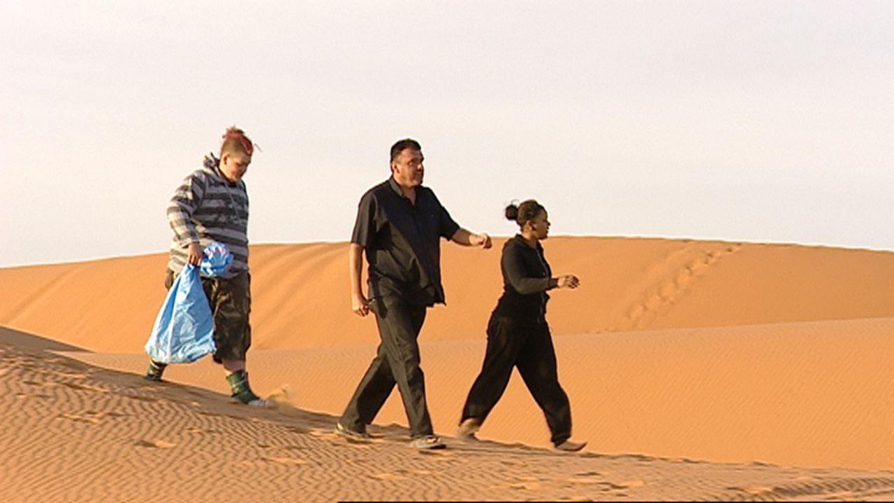 Agnes (r.) aus Offenbach am Main und Stephen (l.) aus Hattingen werden von ihren Eltern in die marokkanische Wüste geschickt ... - Bildquelle: kabel eins