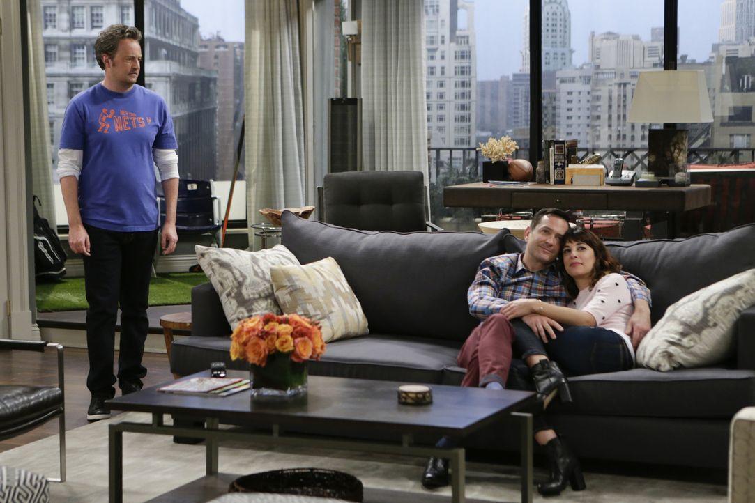 Oscar (Matthew Perry, l.) beschwert sich bei Felix (Thomas Lennon, M.), dass Emily (Lindsay Sloane, r.) zu oft in der gemeinsamen Wohnung ist und Os... - Bildquelle: Sonja Flemming 2015 CBS Broadcasting, Inc. All Rights Reserved