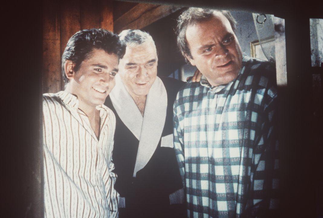 Little Joe (Michael Landon, l.), Ben (Lorne Greene, M.) und Hoss Cartwright (Dan Blocker, r.) amüsieren sich über den nächtlichen Eifer ihres neuen... - Bildquelle: Paramount Pictures