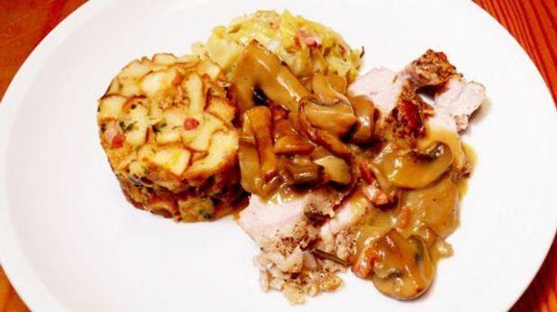 Der deftige Braten wird mit Jägerkraut und Pilzpfanne à la Rosin serviert