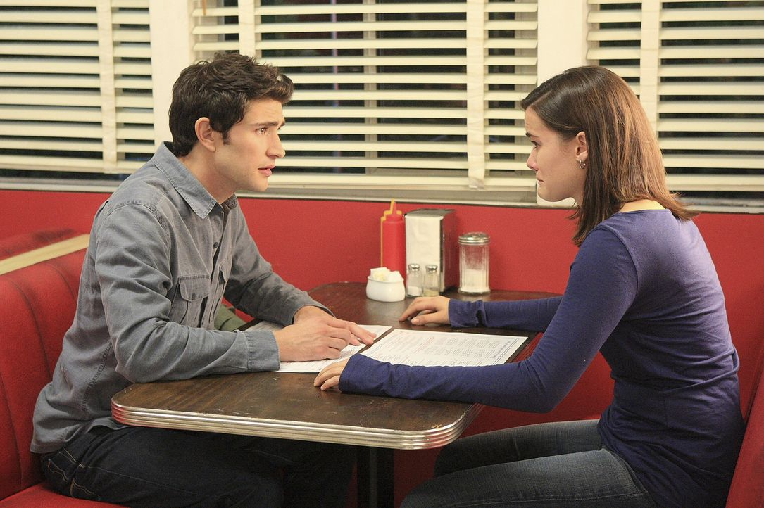 Jessi (Jaimie Alexander, r.) ist schrecklich enttäuscht, weil nicht ihre Mutter, sondern Kyle (Matt Dallas, l.) zu der Verabredung erscheint ... - Bildquelle: TOUCHSTONE TELEVISION