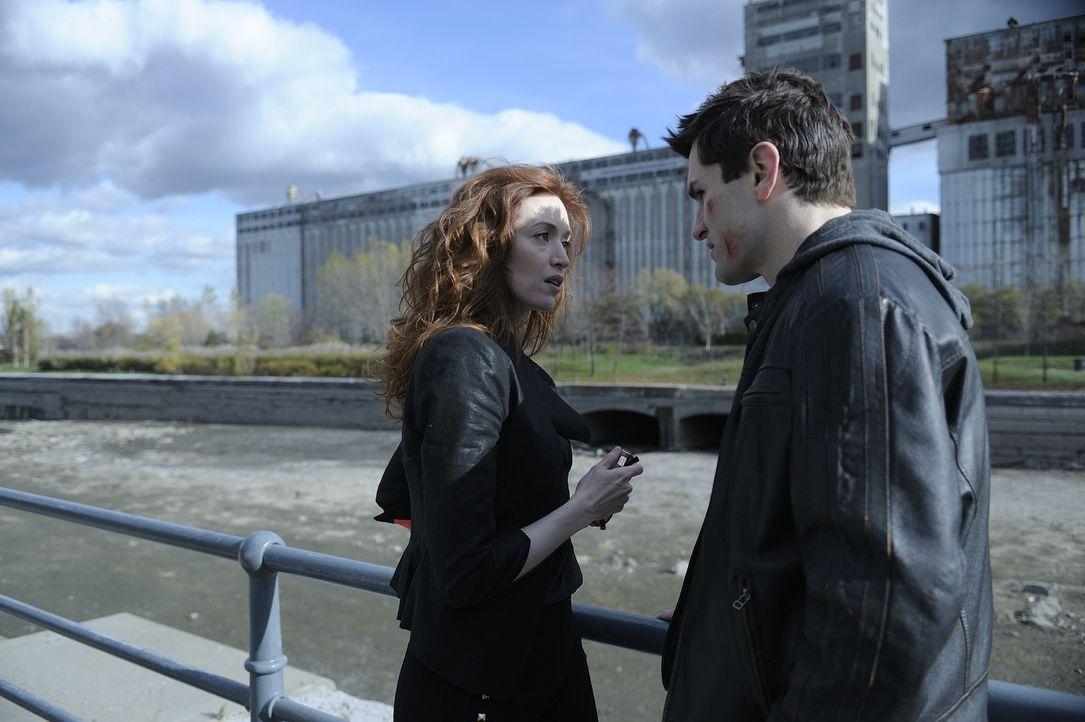 Um die Beziehung zu Kat zu retten, sucht Aidan (Sam Witwer, r.) Hilfe bei Blake (Janine Theriault, l.). Doch wird sie ihm wirklich helfen können? - Bildquelle: Phillipe Bosse 2013 B.H. 2 Productions (Muse) Inc. ALL RIGHTS RESERVED.