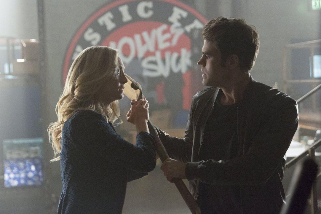 Müssen sich sogar Caroline (Candice King, l.) und Stefan (Paul Wesley, r.) entscheiden, wen sie retten wollen, als Sybil ihre beiden Krieger gegenei... - Bildquelle: Warner Bros. Entertainment, Inc.