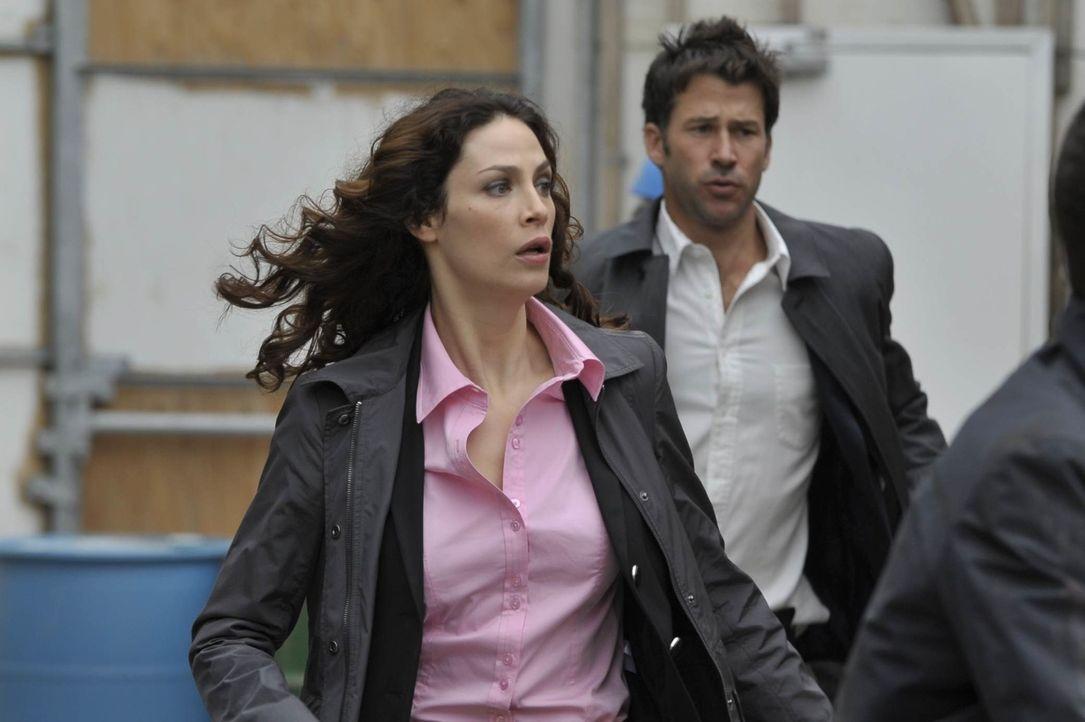 Werden es die beiden Warehouse-Agenten Myka (Joanne Kelly, l.) und Agent Pete (Eddie McClintock, r.) noch rechtzeitig schaffen, den Kunstliebhaber z... - Bildquelle: Philippe Bosse SCI FI Channel