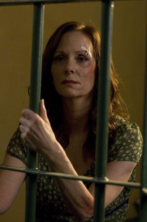 Als ob Mary nicht genug Stress hätte, landet ihre Mutter Shannon (Lesley Ann Warren) im Gefängnis ... - Bildquelle: USA Network